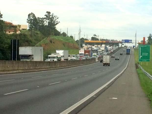 Trânsito afetou pedágio na Rodovia Anhanguera após acidente em Valinhos (Foto: Lucas Badan)