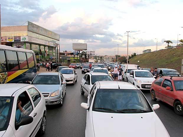 Carros foram impedidos de seguir pela marginal da EPTG devido a protesto de moradores de Vicente Pires (Foto: Lucas Nanini/G1)