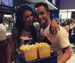 Falcão ao lado da esposa, Tati Vieira, em um cinema de Sorocaba (Foto: Reprodução/ Instagram)