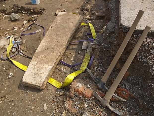 Tampa de chumbo do caixão é removida pelos arqueólogos ingleses (Foto: Universidade de Leicester)