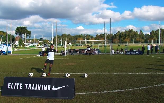 Teste de tabela e chute a gol na peneira da Nike - A Chance (Foto: Pedro Veríssimo)