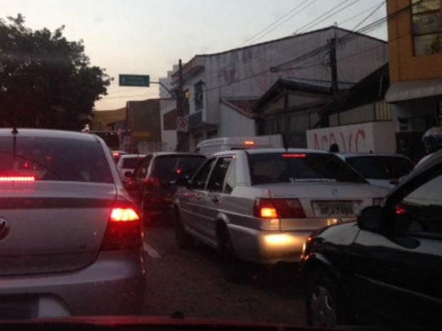 Acidente na Gal. Carneiro prejudicou o trânsito na região central (Foto: Roberta Steganha/G1)