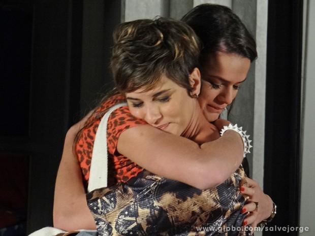Aisha e Lurdinha fazem as pazes e se abraçam como irmãs (Foto: Salve Jorge/TV Globo)