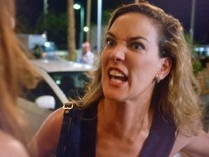 'Foi você quem fechou a porta por fora!', acusa Amanda (Foto: TV Globo)