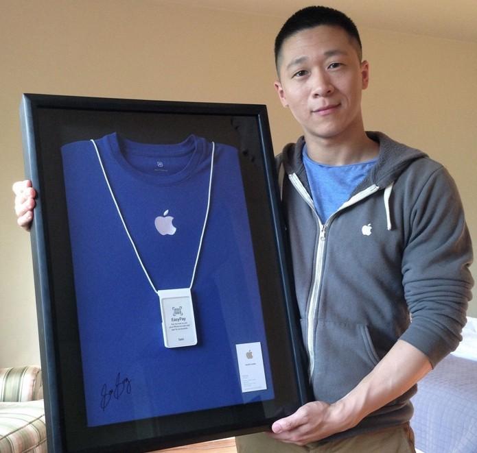 Sam Sung ao lado do crachá da Apple emoldurado (Foto: Reprodução/eBay) (Foto: Sam Sung ao lado do crachá da Apple emoldurado (Foto: Reprodução/eBay))