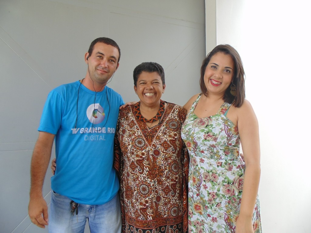 Equipe da TV Grande Rio entrevista pessoas que participaram de produções da Globo no Sertão de PE (Foto: Arquivo Pessoal/ Josélia Maria)