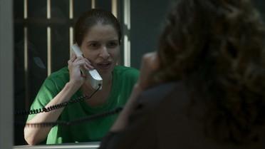 Mônica revela a Arlete que documentos em chapéu estão com Malagueta