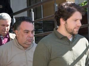 Os ex-deputados federais André Vargas e Luiz Argôlo, presos na Operação Lava Jato, fazem exame de corpo de delito no Instituto Médico Legal (IML) em Curitiba (Foto: Cassiano Rosário/Futura Press/Estadão Conteúdo)