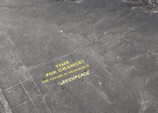 Foto mostra ativistas ao redor de faixa estendida perto das Linhas de Nazca, no Peru (Foto: Thomas Reinecke/Greenpeace)