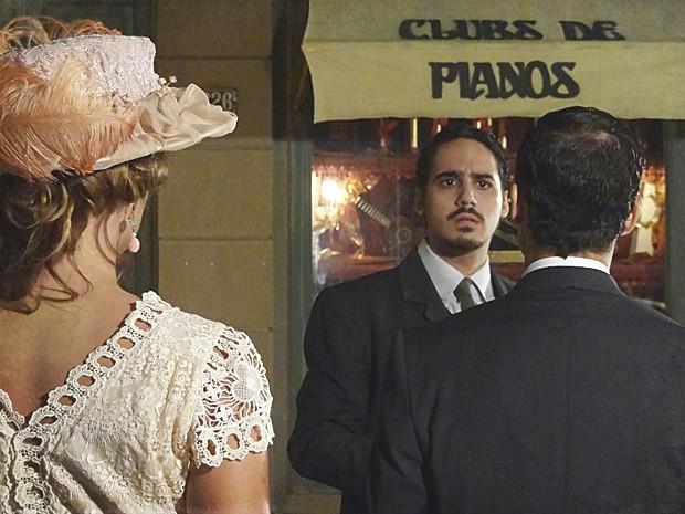 Jonas flagra Alice com Gustavo (Foto: Lado a Lado/TV Globo)