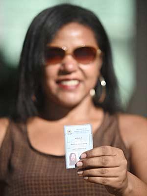 Marinalva Luiz mostra carteira funcional após passar em concurso (Foto: Alexandre Bastos/G1)
