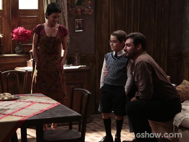 Tavinho conhece os verdadeiros pais (Foto: Joia Rara/Tv Globo)