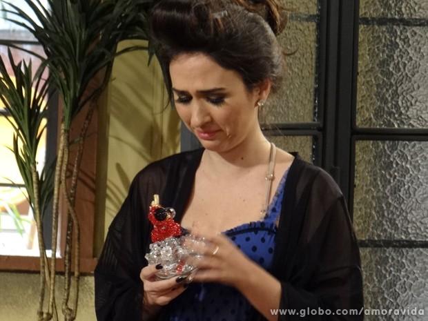 Valdirene fica toda derretida com o presente que recebe de Carlito (Foto: Amor à Vida / TV Globo)