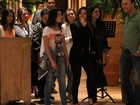 Giovanna Lancellotti acena para paparazzo durante passeio em família