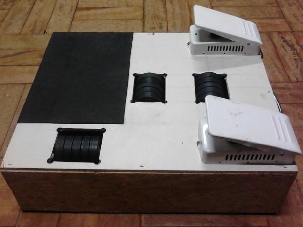 Mouse foi criado com a ajuda de uma caixa, rolamentos de impressoras e sensores de mouses velhos. (Foto: Luciane Cordeiro/G1)