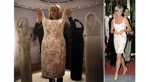 Eleri Lynn, Curator of the exhibition, Diana: Her Fashion Story, displays a Catherine Walker floral shift dress worn by Diana in 1991 to the Christie's Gala in New York (right) (Foto: GETTY)