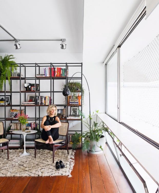 Renata Bokel em seu apartamento no Guaimbê (Foto: Lufe Gomes / Editora Globo)