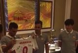 BLOG: Bolo, flores e camisa personalizada: Junior Moraes dá adeus ao Tianjin Quanjian