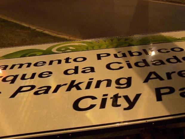 Nova placa da Copa foi instalada em Brasília na noite desta terça-feira (11) (Foto: TV Globo/ Reprodução)