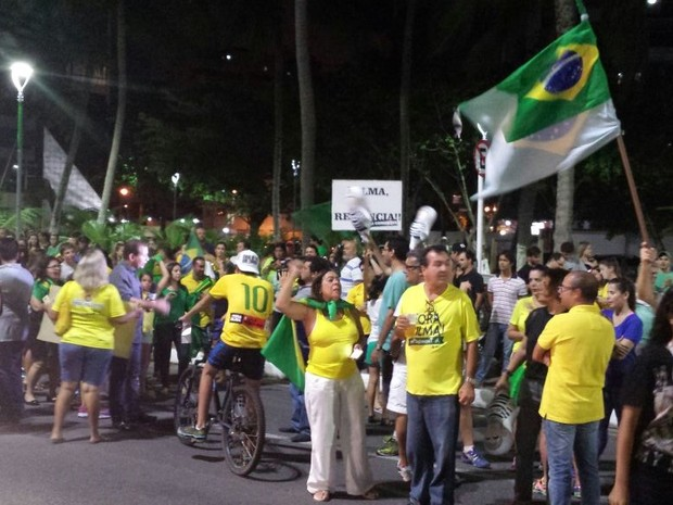 Manifestantes se concentram na frente do prédio do presidente do Senado, Renan Calheiros (Foto: Shade Andreia / G1)