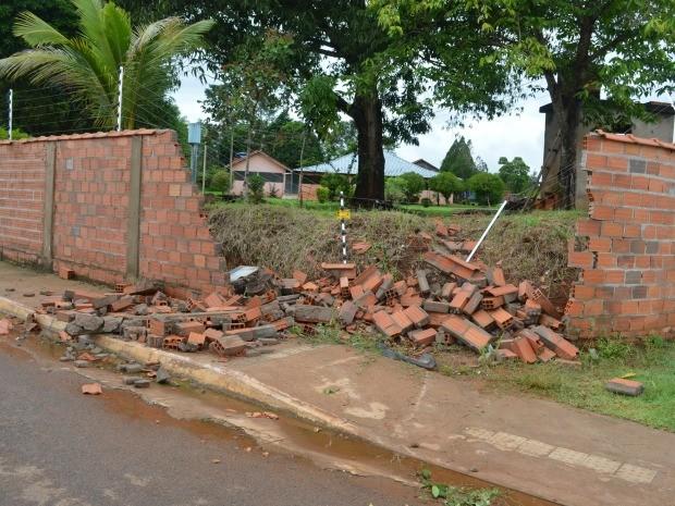 Parte de muro foi destruída após batida de carro (Foto: Magda Oliveira/G1)