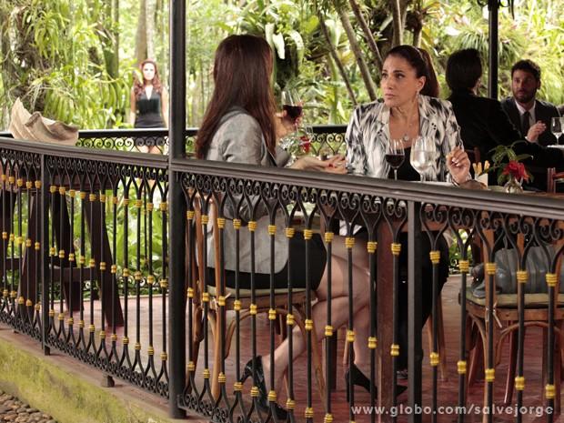 Lívia nem desconfia que Rosângela seguiu Wanda até o restaurante (Foto: Salve Jorge/TV Globo)