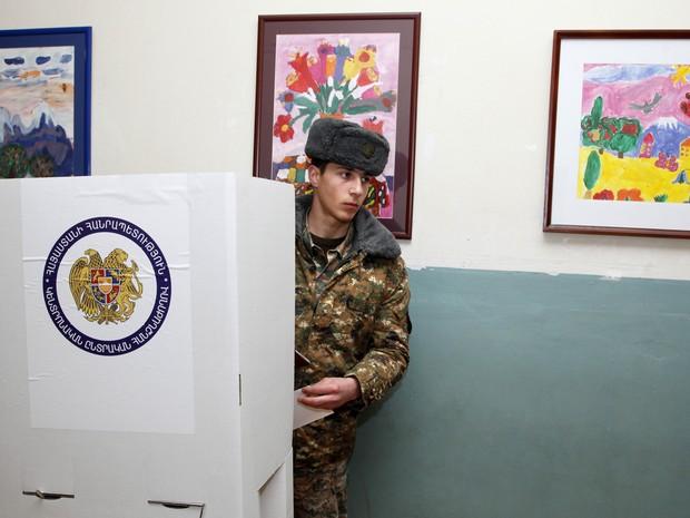 Soldado armênio participa de eleições presidenciais em Yerevan, Armênia (Foto: AP Photo / Foto PanARMENIAN, Varo Rafayelyan)