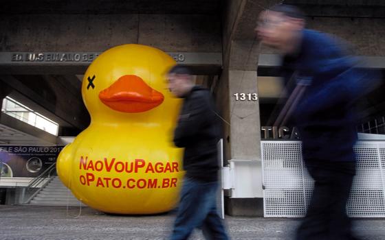 O pato contra  os impostos na FIESP,ficou mais fácil criticar  a equipe econômica (Foto:  FELIPE RAU/ESTADÃO CONTEÚDO)