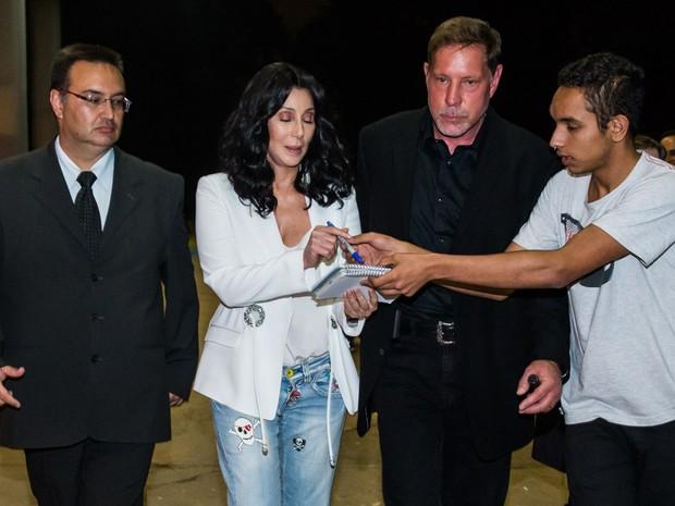 Cher com fã em evento em São Paulo (Foto: Manuela Scarpa/ Foto Rio News)