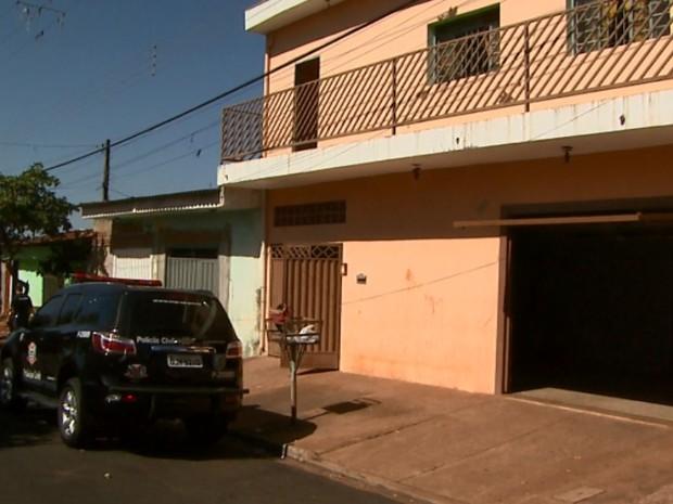 Polícia localizou produção ilegal em bairro da zona norte por meio de denúncia anônima (Foto: Paulo Souza/EPTV)