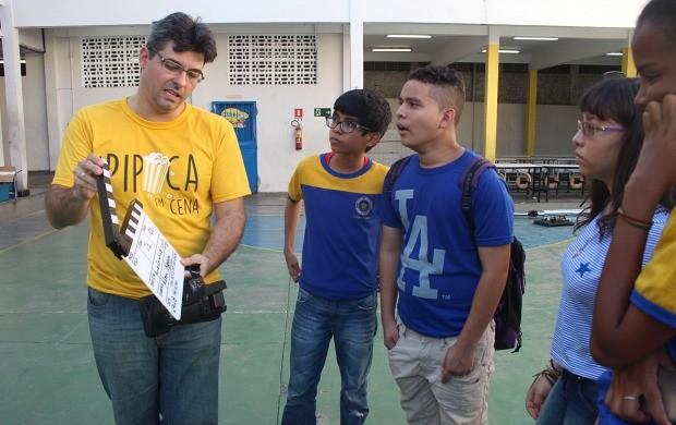 Alunos recebem diplomas de participação na oficina (Foto: Efrain Mourão/ Rede Amazônica)