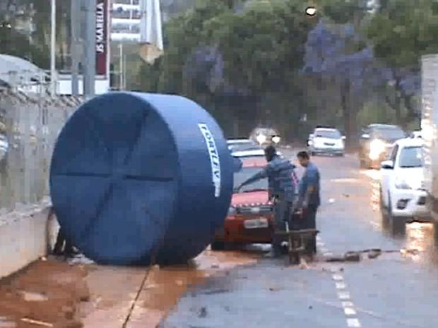 Caixa d'água saiu rolando com a força da enxurrada (Foto: TEM Você)