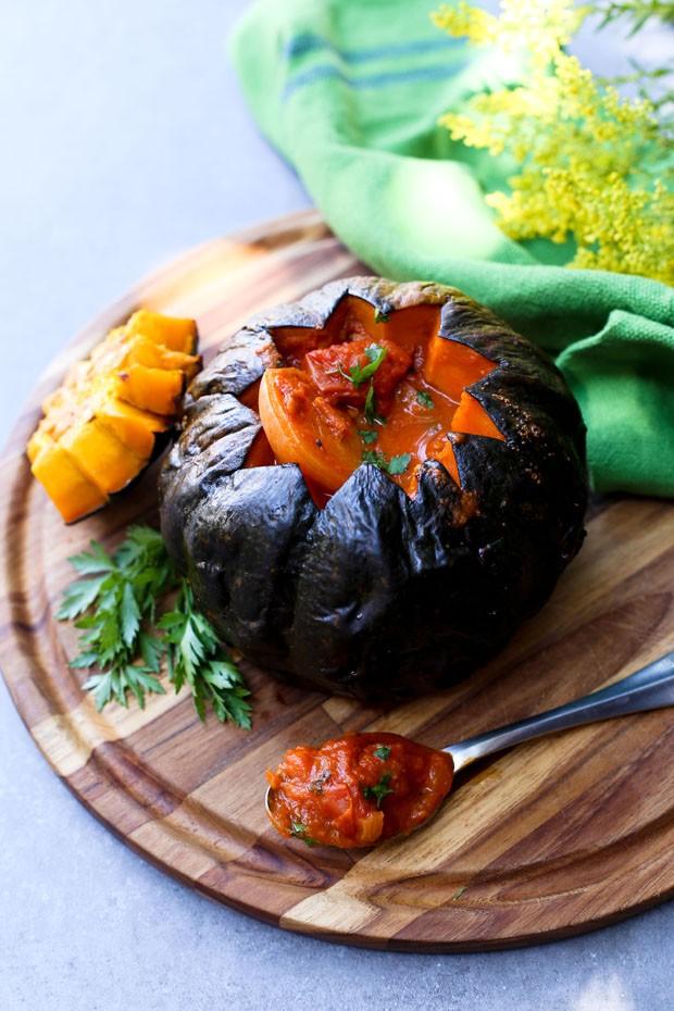 Receita vegana de abóbora recheada com cogumelos e pupunha para o Halloween (Foto: Simplesmente)