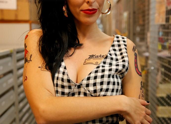 Amy Winehouse e suas tatuagens bafônicas (Foto: Artur Meninea/Gshow)