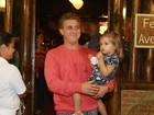 Luciano Huck vai com a filha  Eva ao aniversário dos filhos de Cláudia Abreu