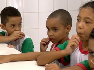 Crianças de escoals públicas de Viana consomem o mel da região (Foto: Reprodução/TV Gazeta)