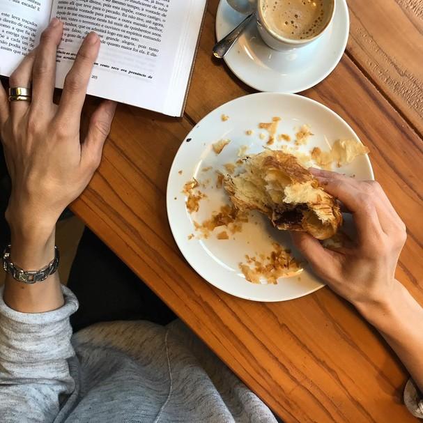 Fabrique: croissant, capuccino e um bom livro! (Foto: Instagram/Reprodução)