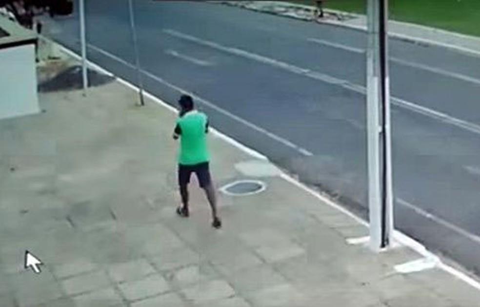 Suspeito aparece em imagens de câmeras de segurança próximas ao local (Foto: Divulgação/Polícia Civil)