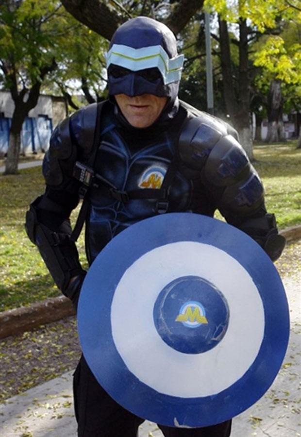 Com um escudo e um visual parecidos com o do Capitão América, Menganno vem patrulhando de moto as ruas da parte leste da cidade de Lanús, na Grande Buenos Aires, há mais um ano e dando conselhos de cidadania. Ele não revela sua identidade e tem até site o (Foto: AFP)