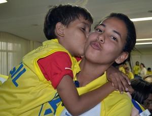 Duda, jogadora de vôlei de praia, recebe o carinho de uma criança, em Natal (Foto: Jocaff Souza)