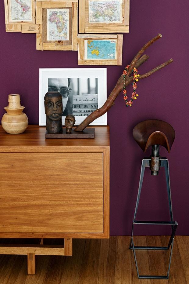 Décor do dia: Roxo com madeira (Foto: Reprodução)