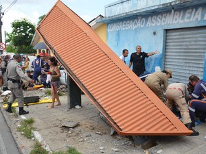 Motorista colidiu na parada de ônibus e atropelou cinco pessoas (Foto: Walter Paparazzo/G1)