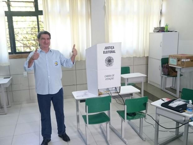 Valter Orsi (PSDB) votou no Colégio Universitário na manhã deste domingo (2). Ele foi acompanhado do atual prefeito de Londrina, Alexandre Kireeff (PSD) (Foto: Leopoldo Karam/RPC)