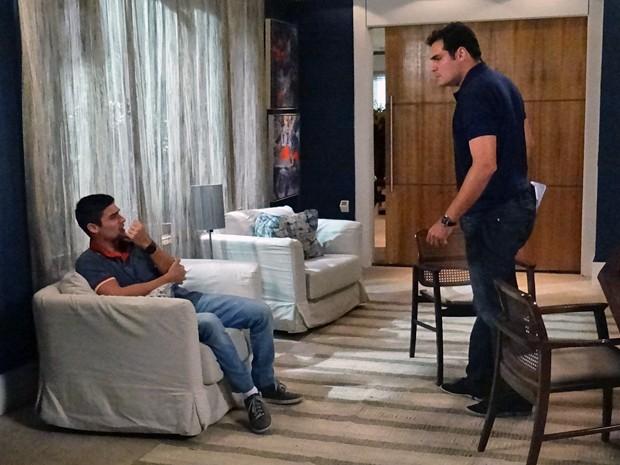 Gustavo fica desesperado e pede perdão a Marcos (Foto: Rodrigo Brisolla / Gshow)