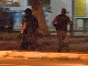 Guarda Municipal perseguindo manisfestantes em São Luís (Foto: Reprodução / TV Mirante)