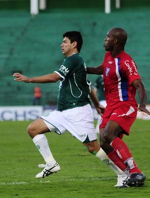 Schwenck em lance no jogo contra o Guaratinguetá (Foto: Rodrigo Villalba / Memory Press)