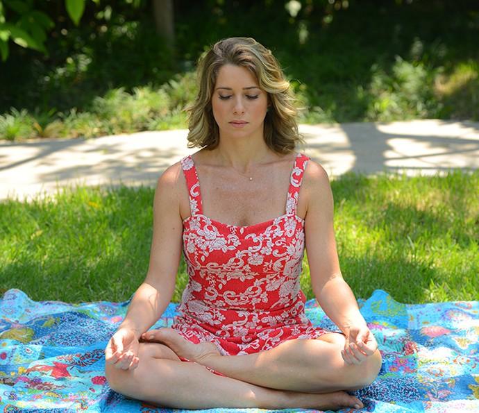 Letícia Spiller se concentra em postura de ioga (Foto: Pedro Carrilho/Gshow)