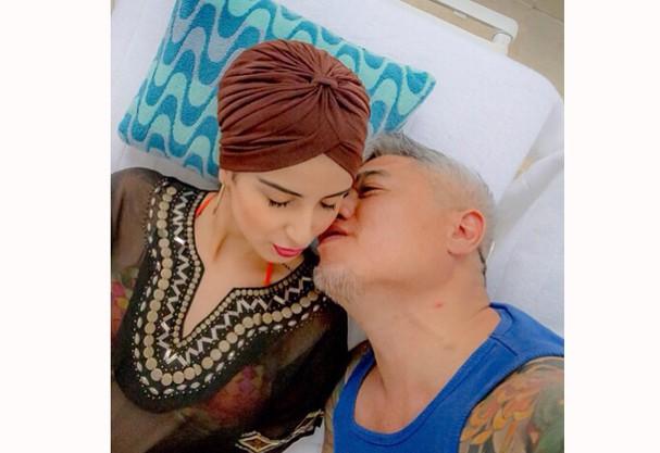 Lola Benvenutti e Gerald Blake Lee na piscina do Copacabana Palace (Foto: Reprodução/ Instagram)