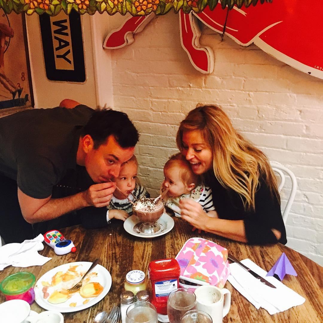 Jimmy Fallon com suas filhas (Foto: Reprodução/Instagram)