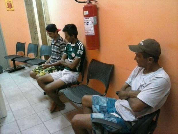 Parte da quadrilha aguardando para ser ouvida pela titular do 3º DP (Foto: Divulgação/Sesp)